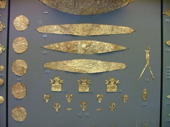 Collection of various pieces of Mycenaean jewelry