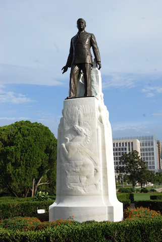 Huey Long burial statue and burial site